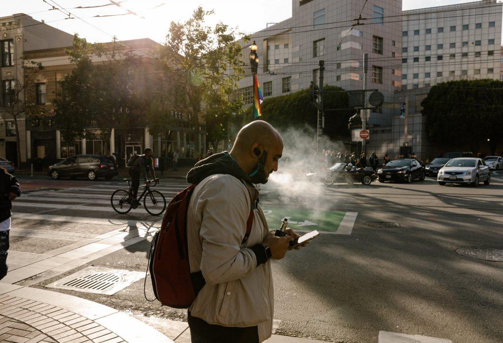 A man using a vaporizer on the streets of San Francisco // Credit Jason Henry for The New York Times вейп. e-cigarette, вапорайзери, вейп, відео, електронні сигарети, законопроект, нагріваючі тютюн прилади, паління, сан-франциско, сша, трубки курильні електронні