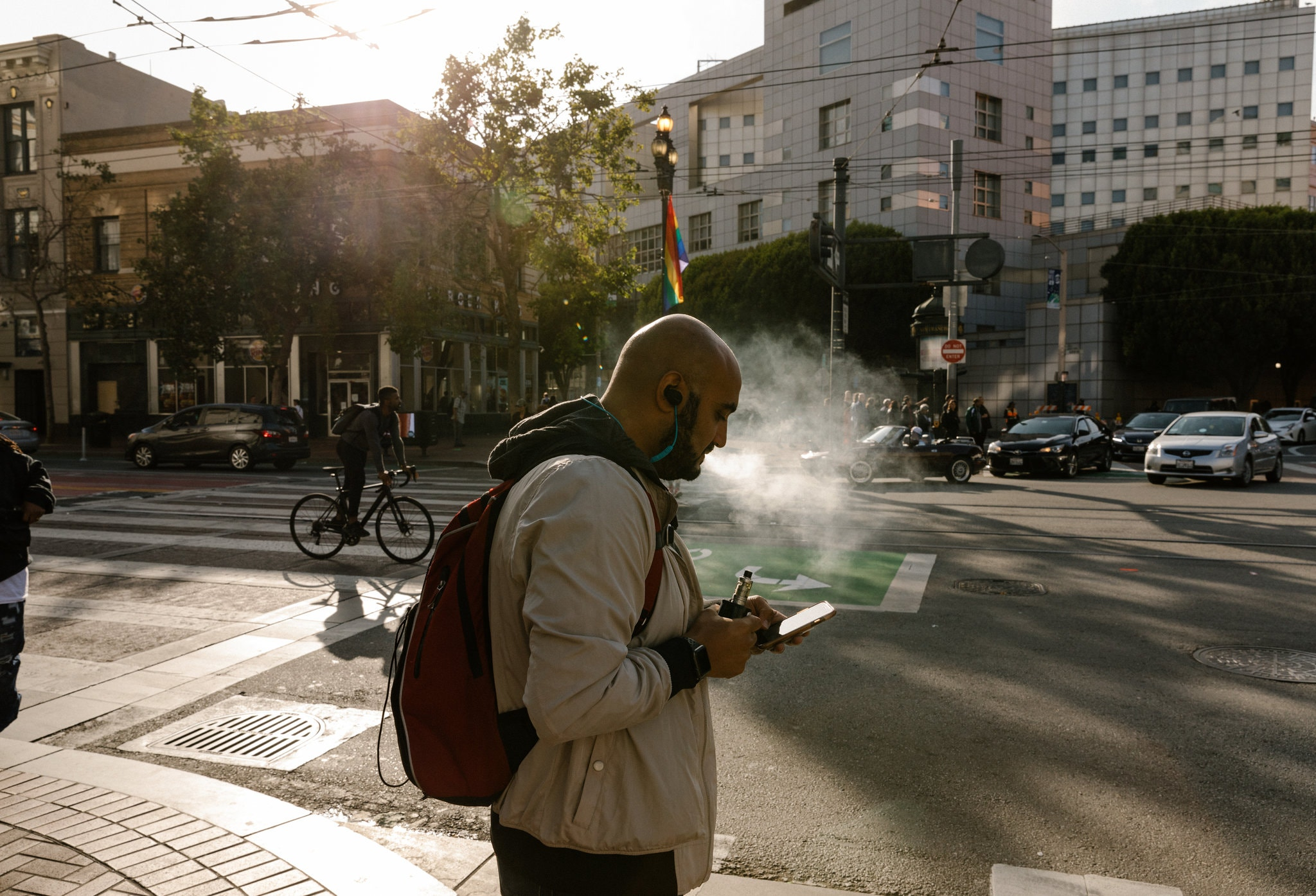 A man using a vaporizer on the streets of San Francisco // Credit Jason Henry for The New York Times вейп