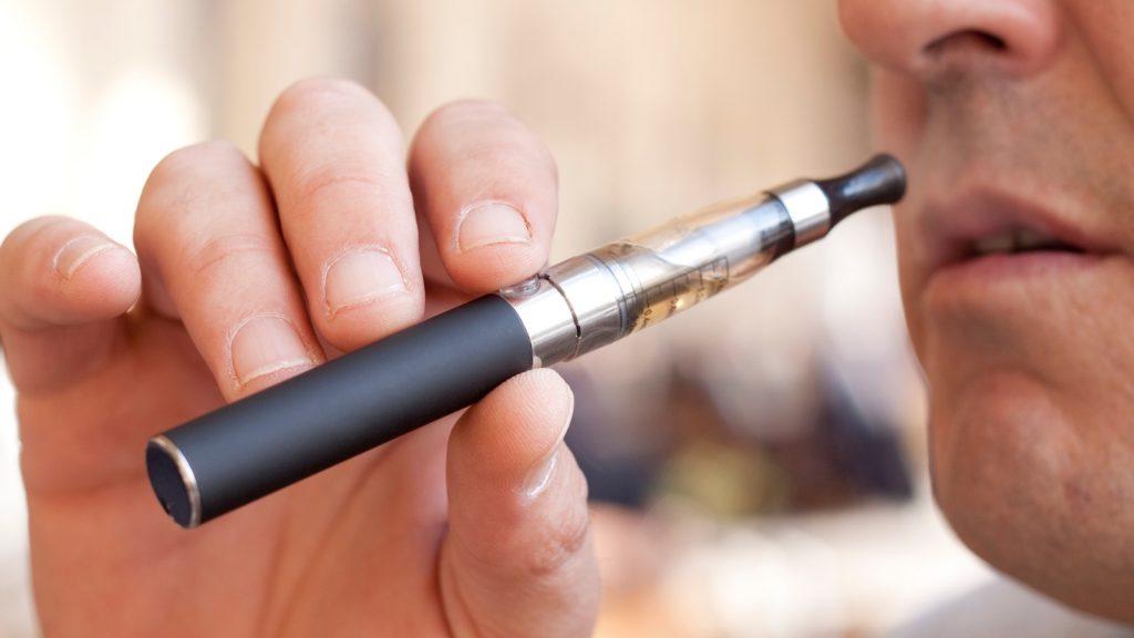 У США зафіксовано першу смерть, яка може бути спричинена е-сигаретами. e-cigarette, вейп, електронні сигарети, паління, смертельний випадок, смертність, статистика паління, трубки курильні електронні